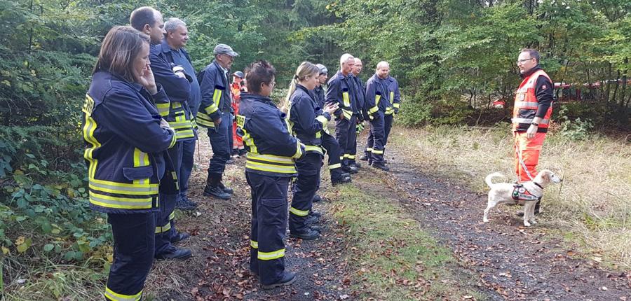Brandschutzzug übt mit Rettungshundestaffel Main Kinzig